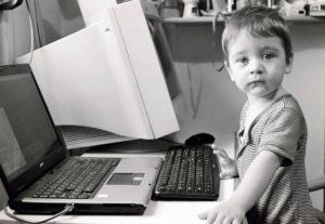 Фотография ребенка у компьютера