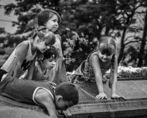 Deti u fontana